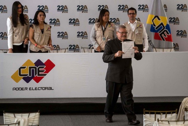 CAR13. CARACAS (VENEZUELA), 27/02/2018.- Francisco Vizconti Osorio, candidato independiente a la presidencia del país, asiste al Consejo Nacional Electoral (CNE), a formalizar su candidatura hoy, 27 de febrero del 2018, en Caracas (Venezuela). EFE/MIGUEL GUTIÉRREZ