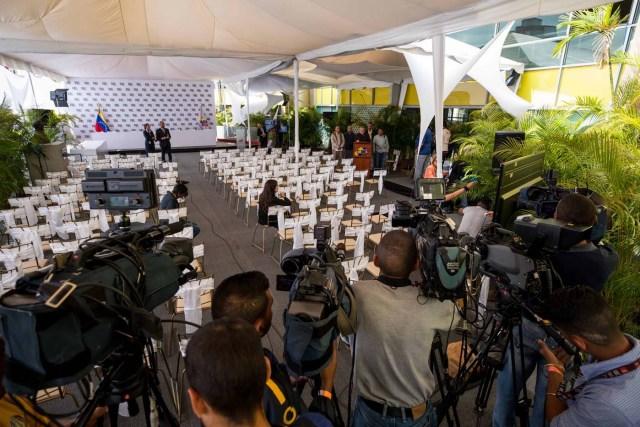 CAR14. CARACAS (VENEZUELA), 27/02/2018.- Francisco Vizconti Osorio, candidato independiente a la presidencia del país, asiste al Consejo Nacional Electoral (CNE), a formalizar su candidatura hoy, 27 de febrero del 2018, en Caracas (Venezuela). EFE/MIGUEL GUTIÉRREZ