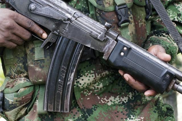 Imagen de archivo - Un rebelde del Ejército de ELN de Colombia muestra su arma en las selvas del noroeste, Colombia 31 de agosto de 2017. REUTERS / Federico Ríos