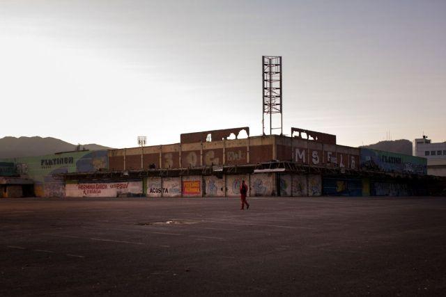 Un trabajador de Petróleos de Venezuela se dirige a una parada de autobús para viajar al trabajo. Miles de personas abandonaron sus trabajos a medida que escasean los alimentos y el dinero pierde valor. Fotógrafo: Wil Riera / Bloomberg