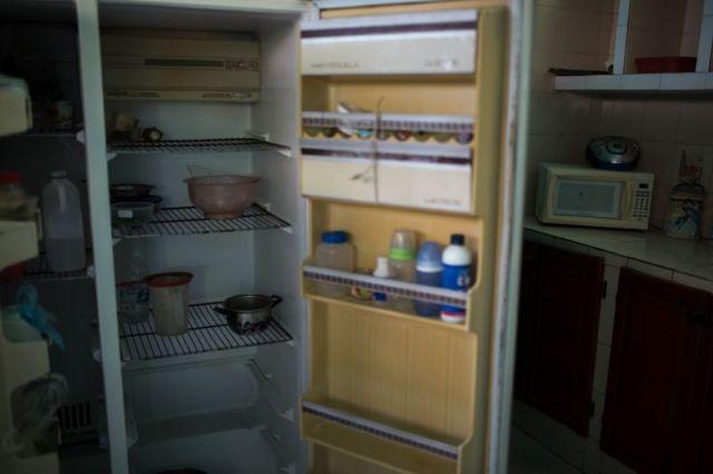 El refrigerador de un trabajador petrolero está vacío en un hogar en el estado de Anzoátegui. Fotógrafo: Wil Riera / Bloomberg