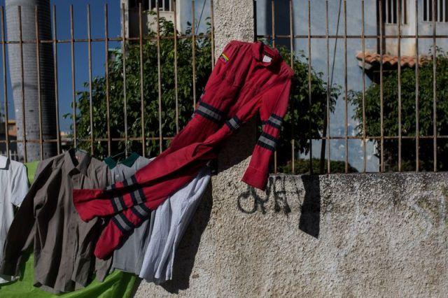 Una vez codiciados, los monos PDVSA descartados se venden en mercados callejeros. Fotógrafo: Wil Riera / Bloomberg