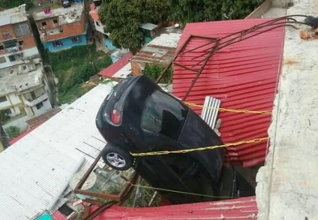Vehículo cayó sobre una casa en Los Jardines de El Valle