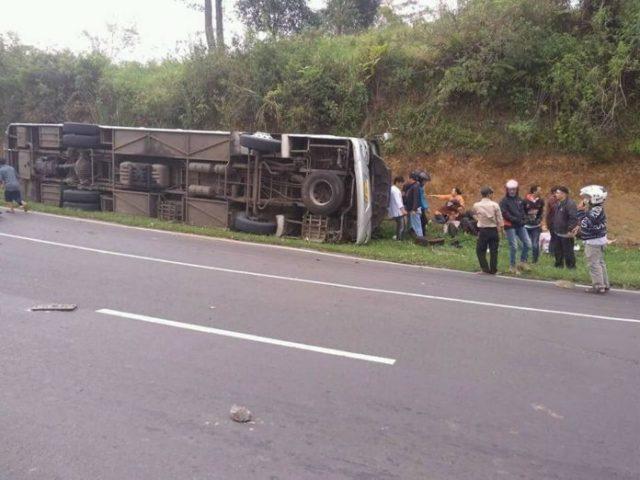 Autobús cae a barranco en Indonesia y deja 27 muertos (Foto: EFE)