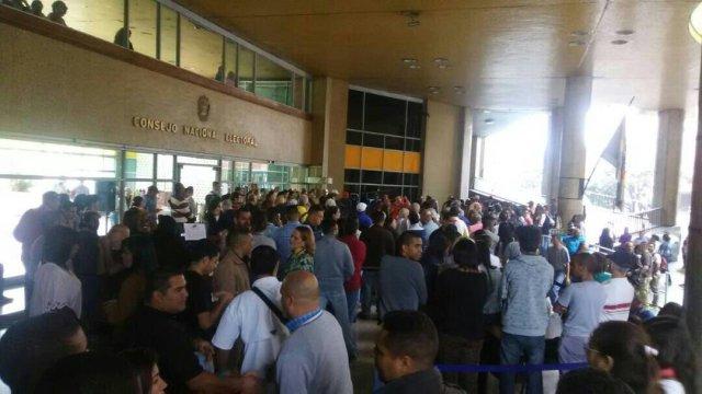 Trabajadores del CNE protestan frente a la sede por lo paupérrimo que es su salario mínimo (Foto: Eugenio Martínez @puzkas)