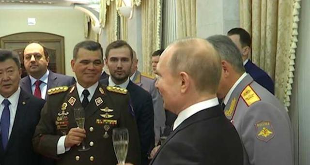 Así brindaron Padrino López y Putin durante el Día del Ejército en Rusia (Foto: Venepress.com)