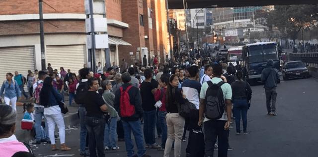 Metro de Caracas presenta retraso en la estación Petare (Foto: Tránsito PNB Contigo @TransitoContigo)