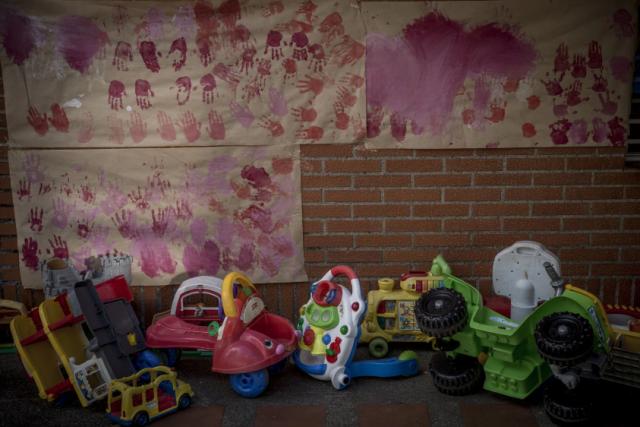 Un cartel con las manos de los niños que viven en Fundana, una institución privada que es orfanato en parte, parte del centro de atención temporal para niños. (Alejandro Cegarra for The Washington Post)