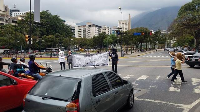 Foro Penal emprende campaña de información en las calles sobre presos políticos y represión / Foto: Mildred Manrique
