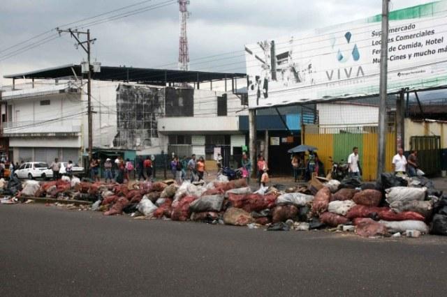 La basura amontonada en grandes cantidades en calles de la ciudad.