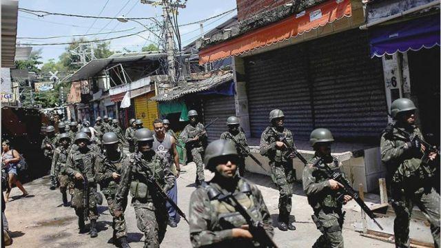 Soldados brasileños patrullan la villa Jacarezinho en Río de Janeiro. Foto Archivo