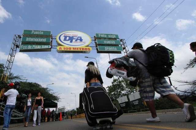 Transeúntes en el puente que une Colombia y Venezuela. GEORGE CASTELLANOS AFP /GETTY)