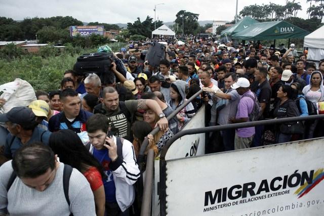 Decenas de personas intentan regresar a Venezuela desde Colombia a través del puente internacional Simon Bolívar en Cúcuta, Colombia. 13 febrero 2018. REUTERS/Carlos Eduardo Ramírez