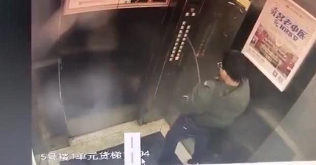 nino-mea-botones-ascensor