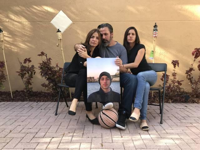 Los padres y la hermana de Joaquín Oliver con un retrato suyo P. LL.