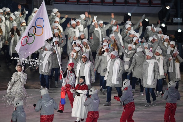 Olympic Athletes from Russia flagbearer POCOG volunteer parade during the opening ceremony of the Pyeongchang 2018 Winter Olympic Games at the Pyeongchang Stadium on February 9, 2018. / AFP PHOTO / Roberto SCHMIDT