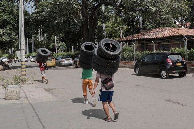 Todo se mueve lentamente bajo el cálido sol en la frontera de Venezuela con Cúcuta, Colombia, la puerta de entrada para la mayoría de los venezolanos que abandonan su país. A pesar de los soldados enviados, algunos venezolanos contrabandean toda clase de productos a Colombia para su venta, dicen las autoridades, incluidos los neumáticos.