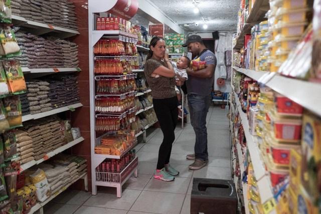 Lo primero que hacen algunos venezolanos al llegar a Colombia es dirigirse al supermercado, como lo hizo esta familia. Los estantes están vacíos en su tierra natal
