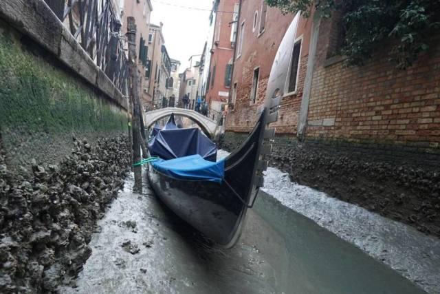 La ausencia de agua impide la circulación de góndolas, botes y lanchas. (Efe)