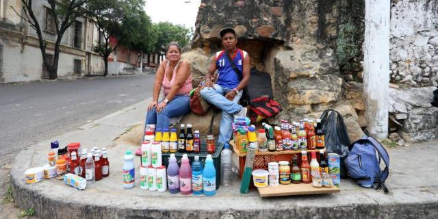 Muchos venezolanos llegan con cosas para vender y así poder financiar el resto de su viaje. Esto afecta a los comerciantes colombianos en las zonas de frontera. Foto: Andrea Moreno / EL TIEMPO