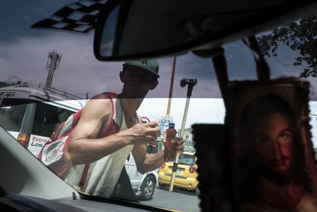 Un migrante venezolano limpia parabrisas en Cúcuta, Colombia, el tipo de trabajo informal que los venezolanos pueden hacer para ganarse la vida