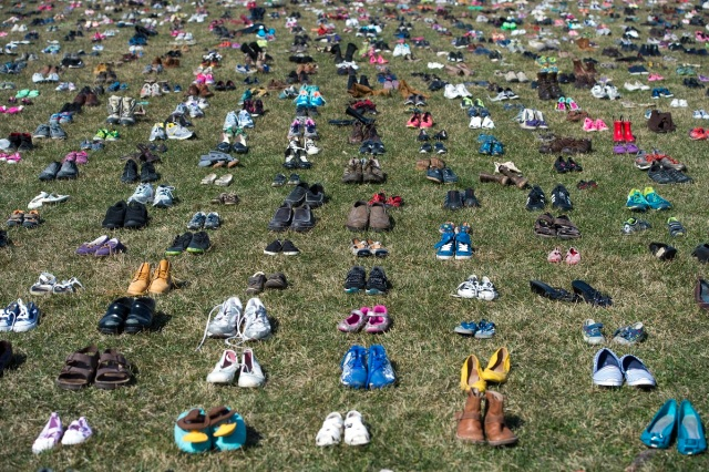 The lawn outside the US Capitol is covered with 7,000 pairs of empty shoes to memorialize the 7,000 children killed by gun violence since the Sandy Hook school shooting, in a display organized by the global advocacy group Avaaz, in Washington, DC, March 13, 2018. / AFP PHOTO / SAUL LOEB
