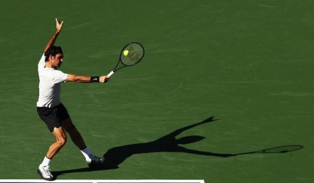 Roger Federer de Suiza golpea un tiro durante su partido contra Federico Delbonis de Argentina durante el BNP Paribas Open en el Indian Wells Tennis Garden de la República Checa el 11 de marzo de 2018 en Indian Wells, California. Adam Pretty / Getty Images / AFP