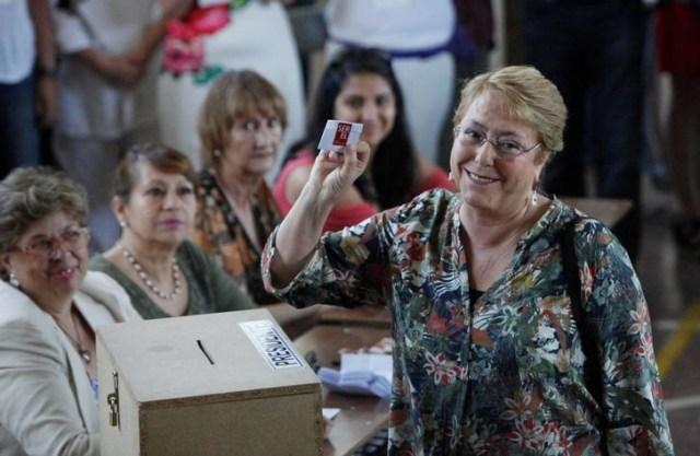 Imagen de archivo de la mandataria chilena, Michelle Bachelet, al votar en las pasadas elecciones presidenciales del país en Santiago, Diciembre 17,   2017. REUTERS/Carlos Vera