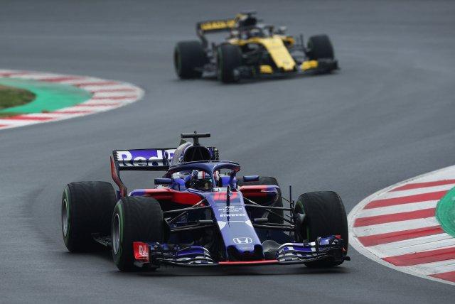 F1 Fórmula 1 - Sesión de prueba de Fórmula 1 - Circuit de Barcelona-Catalunya, Montmeló, España - 1 de marzo de 2018 Pierre Gasly de Toro Rosso seguido por Nico Hulkenburg de Renault durante las pruebas REUTERS / Albert Gea