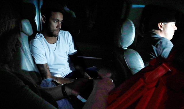 La estrella del fútbol Neymar llega al hospital Mater Dei, donde se someterá a una cirugía en un metatarso fracturado y un esguince de tobillo, en Belo Horizonte, Brasil, el 2 de marzo de 2018. REUTERS / Paulo Whitaker