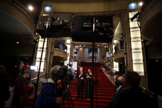Los presentadores de televisión se paran en las escaleras del Teatro Dolby durante los preparativos para los Oscar en Hollywood, Los Ángeles, California, EE. UU., 3 de marzo de 2018. REUTERS / Lucy Nicholson