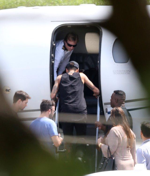 La estrella de fútbol Neymar se prepara para abordar un avión en el aeropuerto de Pampulha en Belo Horizonte, Brasil el 4 de marzo de 2018. REUTERS / Paulo Whitaker