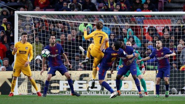 FC Barcelona vs Atlético de Madrid - Camp Nou, Barcelona, España - 4 de marzo de 2018 Luis Suárez de Barcelona en acción con el Atlético de Madrid Antoine Griezmann REUTERS / Juan Medina