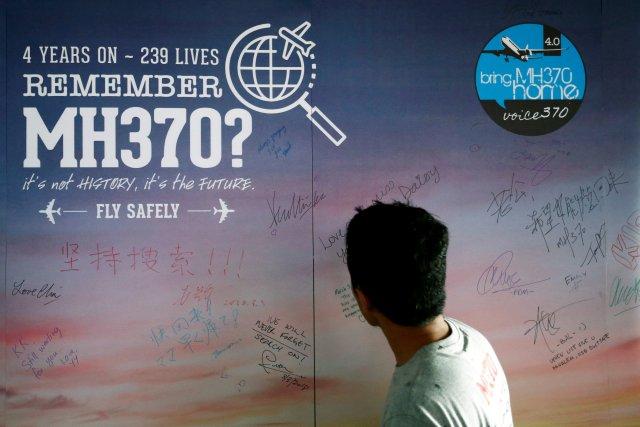 Un hombre mira un tablero de mensajes para los pasajeros, a bordo del desaparecido Malaysia Airlines Flight MH370, durante su cuarto evento anual de conmemoración en Kuala Lumpur, Malasia, el 3 de marzo de 2018. REUTERS / Lai Seng Sin