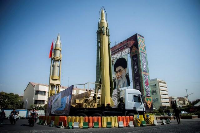 Una exhibición con misiles y un retrato del líder supremo de Irán, el ayatolá Ali Khamenei, se ve en la Plaza Baharestan en Teherán, Irán, el 27 de septiembre de 2017. Fotografía tomada el 27 de septiembre de 2017. Nazanin Tabatabaee Yazdi / TIMA vía REUTERS