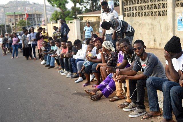 La gente espera para emitir su voto durante las elecciones presidenciales de Sierra Leona en Freetown, Sierra Leona, el 7 de marzo de 2018. REUTERS / Olivia Acland