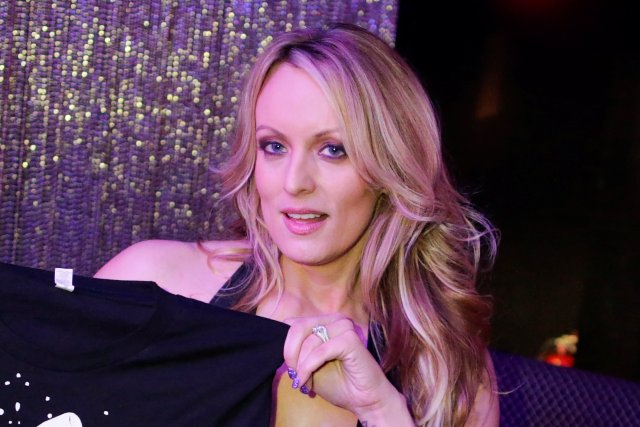 La actriz porno Stephanie Clifford, también conocida como Stormy Daniels, posa para fotos al final de su show de striptease en el club Gossip Gentleman en Long Island, Nueva York, Estados Unidos, el 23 de febrero de 2018. REUTERS / Eduardo Muñoz