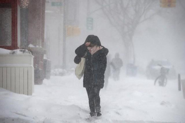 La gente camina contra el viento y la nieve durante la tormenta Grayson en el barrio de Brooklyn de la ciudad de Nueva York, Estados Unidos, 4 de enero de 2018. REUTERS / Brendan McDermid