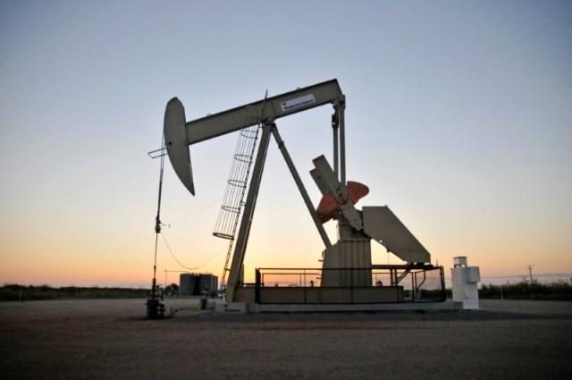 En la imagen de archivo, instalación de extracción de crudo en un pozo de Devon Energy Production Company cerca de Guthrie, en el estado de Oklahoma, el 15 de septiembre de 2015. REUTERS/Nick Oxford