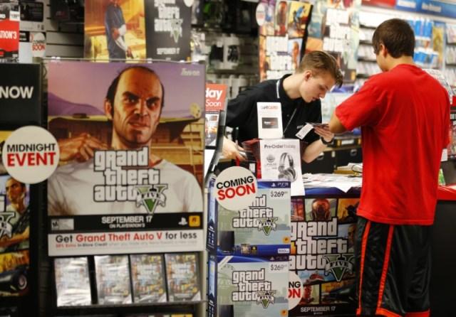 """Imagen de archivo del lanzamiento del juego """"Grand Theft Auto Five"""" en una tienda Game Stop en Encinitas, California, Estados Unidos. 17 de septiembre, 2013. REUTERS/Mike Blake"""