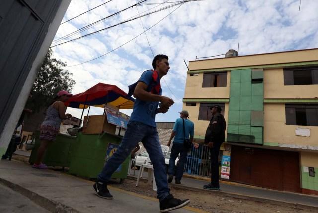 Los migrantes venezolanos caminan fuera de un refugio para los venezolanos en San Juan de Lurigancho, en las afueras de Lima, Perú 9 de marzo de 2018. REUTERS / Mariana Bazo