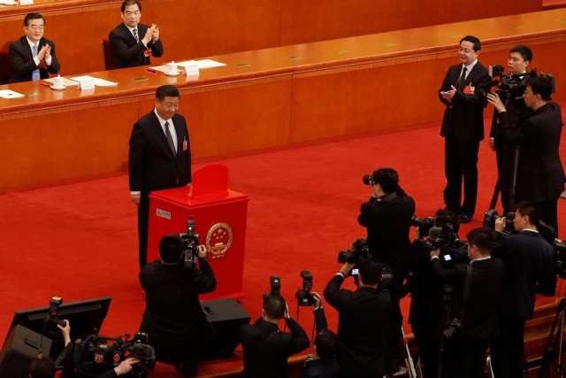 Chinese President Xi Jinping pauses after casting his ballot during a vote on a constitutional amendment lifting presidential term limits, at the third plenary session of the National People's Congress (NPC) at the Great Hall of the People in Beijing, China March 11, 2018. REUTERS/Damir Sagolj