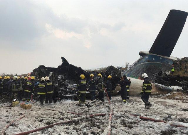 Los restos de un avión se representan mientras los trabajadores de rescate operan en el aeropuerto de Katmandú, Nepal, el 12 de marzo de 2018. REUTERS / Navesh Chitrakar