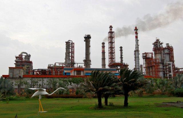 Una refinería de petróleo de Essar Oil, que dirige la segunda refinería más grande del sector privado de India, está representada en Vadinar, en el estado occidental de Gujarat, India, el 4 de octubre de 2016. REUTERS / Amit Dave / File Photo
