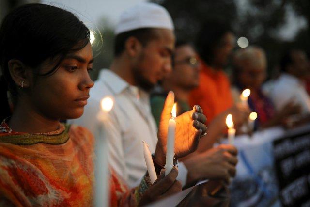 Personas que incluyen a estudiantes nepalíes de la Universidad de Dhaka encienden velas en memoria de las víctimas del accidente aéreo de Estados Unidos y Bangla en Nepal en Dhaka, Bangladesh, el 13 de marzo de 2018. REUTERS / Mohammad Ponir Hossain