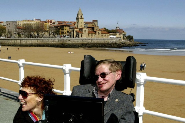 FILE PHOTO: British astrophysicist Stephen Hawking (R) and his wife Elaine pose in front of the San Lorenzo beach in the northern Spanish city of Gijon April 10, 2005. REUTERS/Alonso Gonzales/File Photo