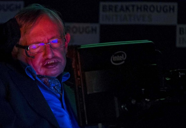FILE PHOTO: Professor Stephen Hawking speaks at a media event to launch a global science initiative at The Royal Society in London, Britain, July 20, 2015. REUTERS/Neil Hall/File Photo