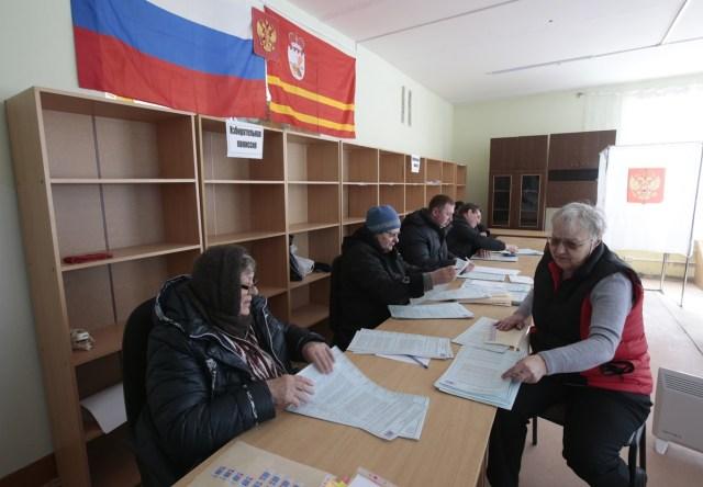 Integrantes de una comisión electoral local cuentan las papeletas durante los preparativos para la elección presidencial en un colegio electoral en el asentamiento de Khislavichi, Smolensk, Rusia. 17 mar 2018. REUTERS/Vasily Fedosenko