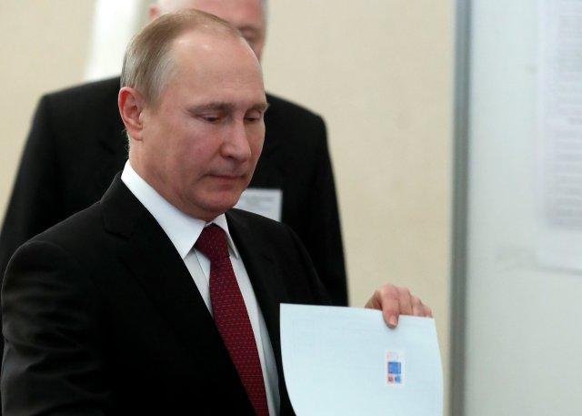 El presidente ruso y candidato presidencial Vladimir Putin emitirá su voto en una mesa de votación durante las elecciones presidenciales en Moscú, Rusia el 18 de marzo de 2018. Sergei Chirkov / POOL vía Reuters