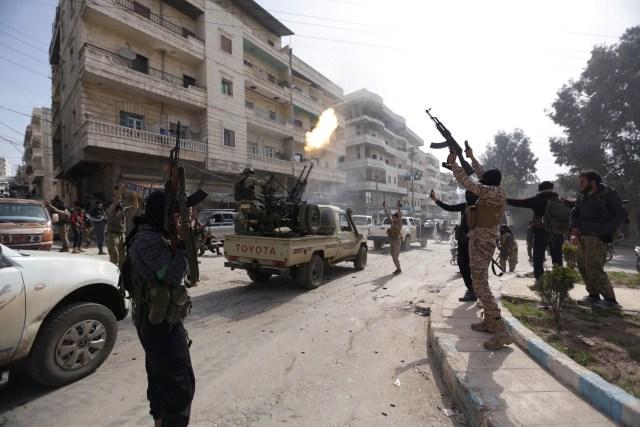 Miembros del Ejército Sirio Libre celebran la toma de Afrín, en Afrín, Siria, 18 de marzo de 2018. REUTERS / Khalil Ashawi